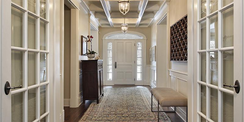 דלתות כניסה מעוצבות – מן המדף או בהתאמה אישית?
