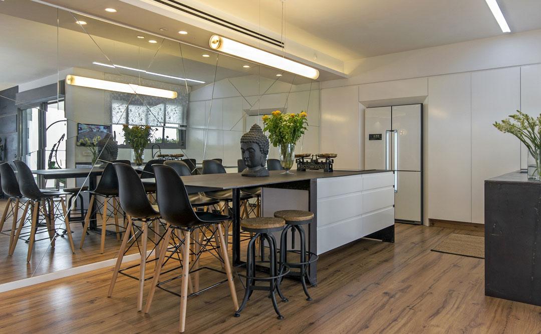 עיצוב ותכנון מטבח כאשר האלמנט העיצוב המרכזי בבית הוכפל באמצעות קיר מראות
